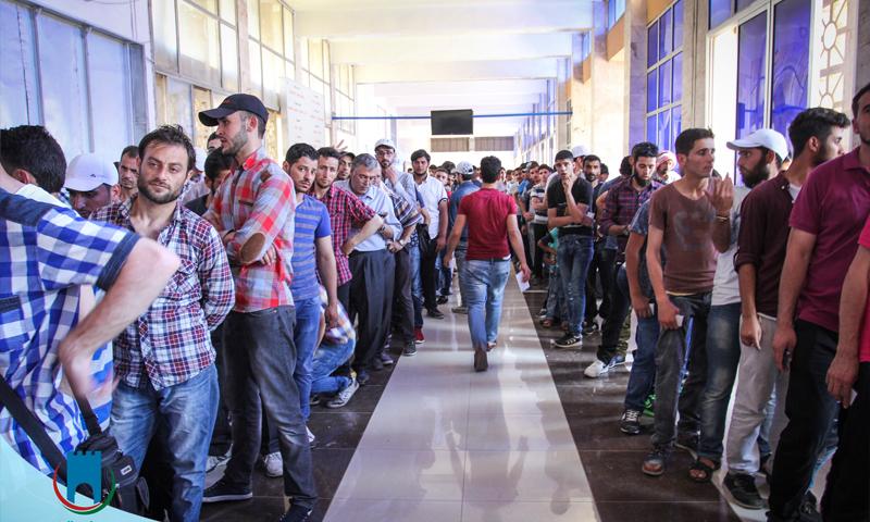 """سوريون ينتظرون دورهم لدخول سوريا في معبر """"باب الهوى"""" (إدارة المعبر)"""