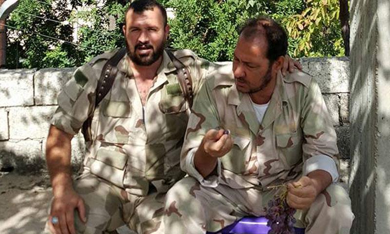 العقيد محمد بكار (أبو محمود) يمين الصورة
