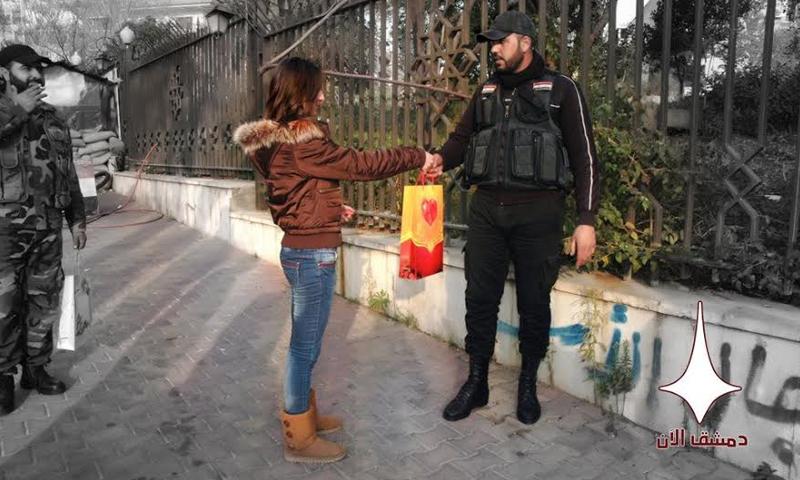 """مراسلة في فريق """"دمشق الآن"""" تقدّم هدايا لحواجز النظام السوري في دمشق (إنترنت)"""