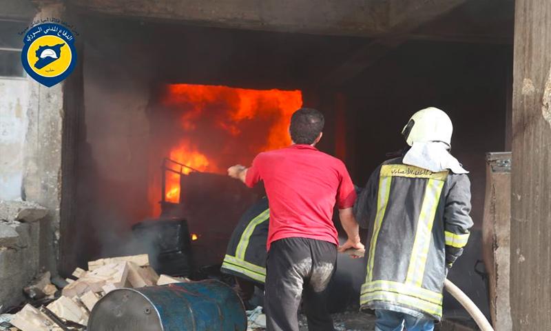 محاولة إطفاء النار من رجال الدفاع المدني في حي الانصاري في حلب 4 تموز ( صفحة المركز فيس بوك)