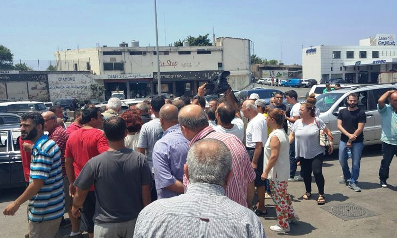 لبنانيون يتظاهرون في بلدة عمشيت احتجاجا على توقيف العناصر، 14 تموز (الوكلة الوطنية