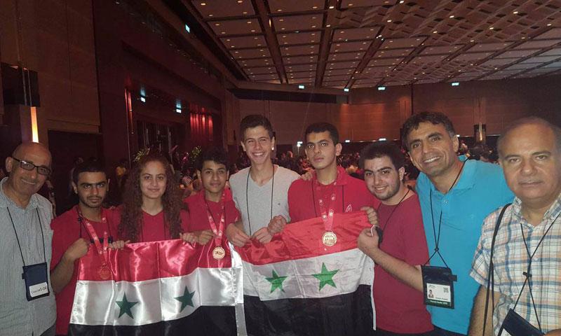 حافظ الأسد يتوسط رفاقه في هونغ كونغ- الجمعة 15 تموز (صفحة رئاسة الجمهورية)