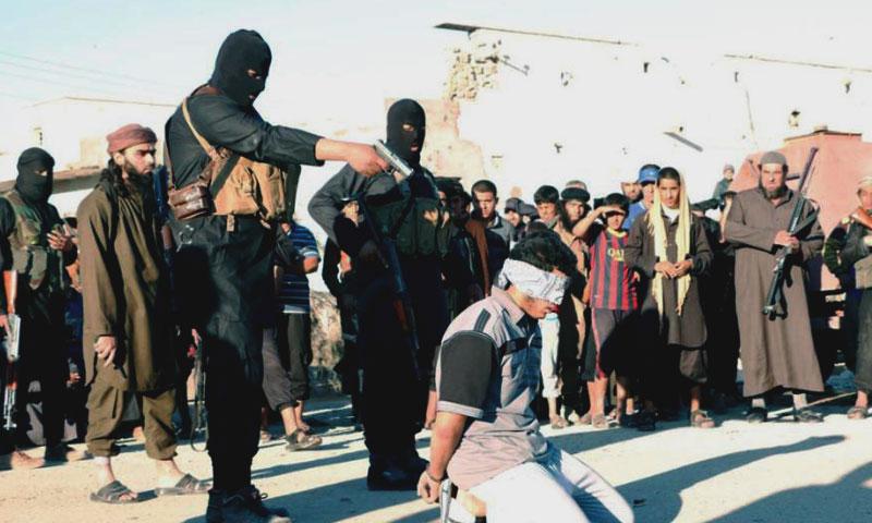 """أرشيفية- إعدام أحد المواطنين من قبل تنظيم """"الدولة الإسلامية"""" (إنترنت)"""