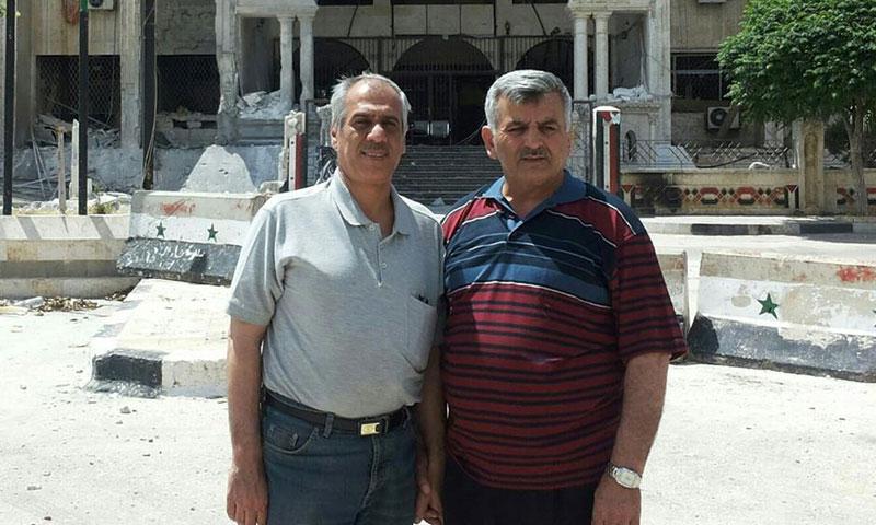 جواد أبو حطب (يسار الصورة) إلى جانب عبد العزيز الدغيم في مدينة إدلب (إنترنت)
