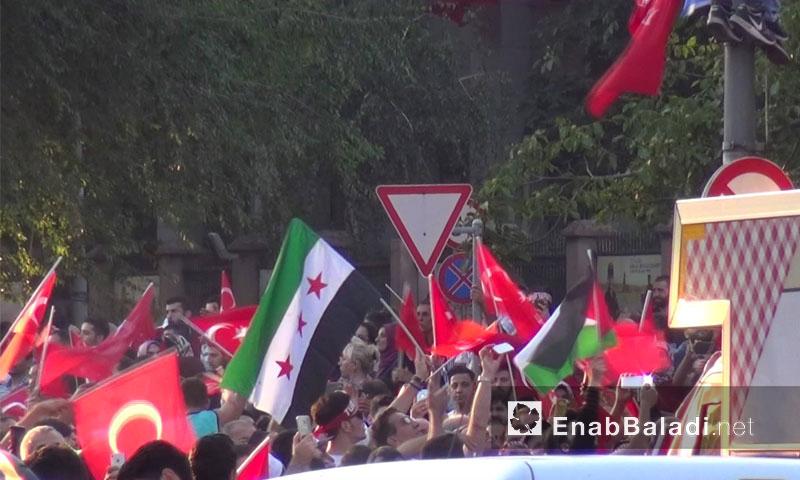 متظاهرون يرفعون علم الثورة السورية في مظاهرة تدعم الحكومة التركية في وجه الانقلاب في اسطنبول - 16 تموز 2016 (عنب بلدي)