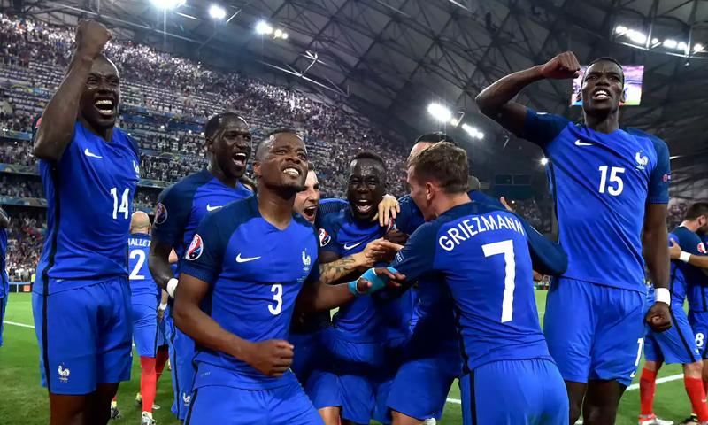 """فرحة المنتخب الفرنسي بالتأهل لنهائي """"اليورو"""" - 7 تموز 2016 (AFP)"""