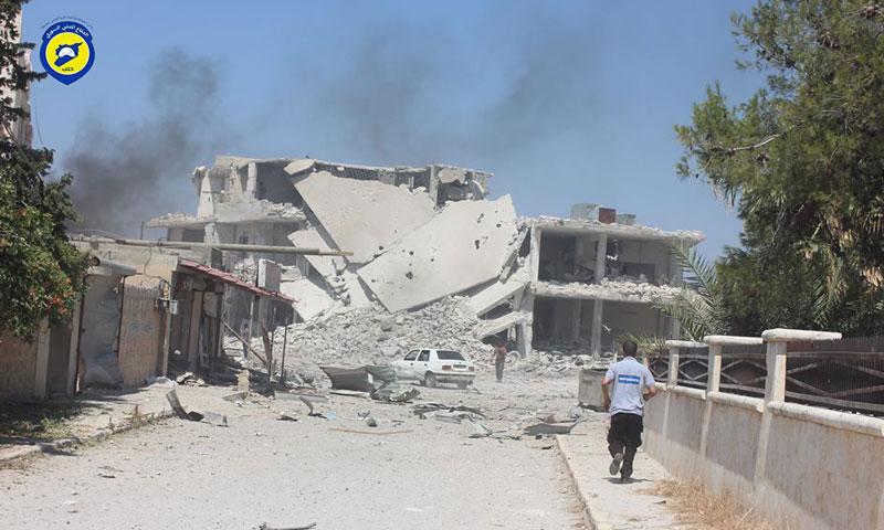 آثار الدمار في مدينة عندان جراء غارات روسية ضربتها ليلًا (الدفاع المدني)