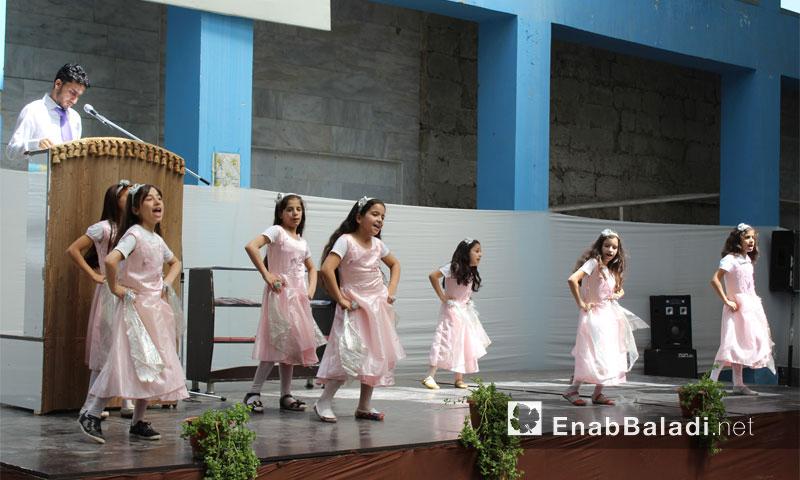 من حفل تكريم الطالبات المتفوقات في حي الوعر الحمصي - الاثنين 25 تموز (عنب بلدي)