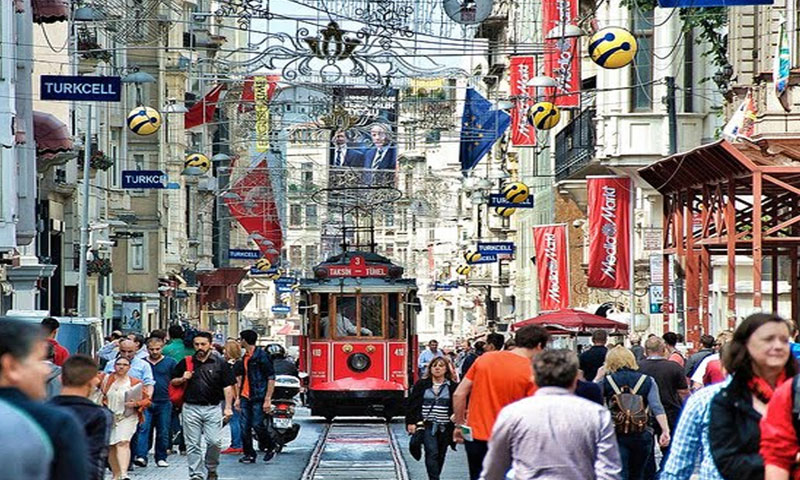 شارع الاستقلال وسط مدينة اسطنبول التركية (إنترنت)