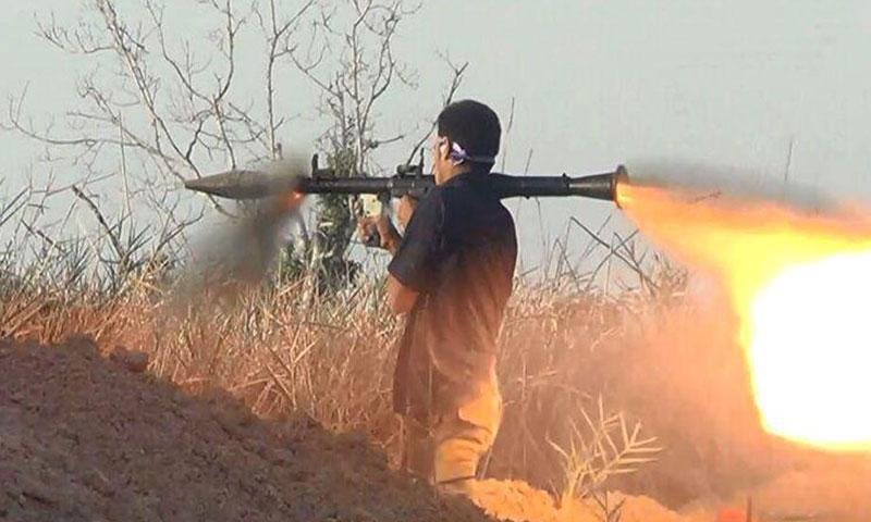 """أرشيفية- عنصر من """"جيش الإسلام"""" على إحدى جبهات الغوطة الشرقية (إنترنت)"""