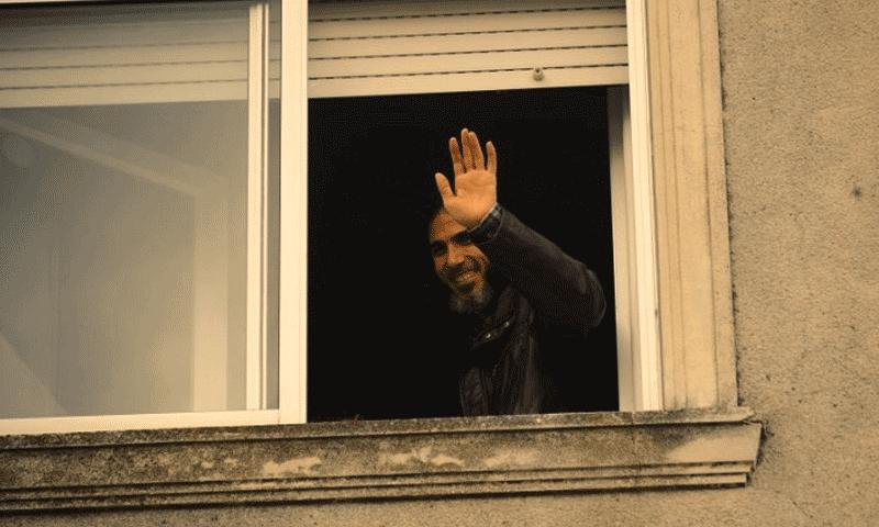 السوري جهاد دياب ملوحًا من منزله السابق في الأوروغواي (إنترنت)