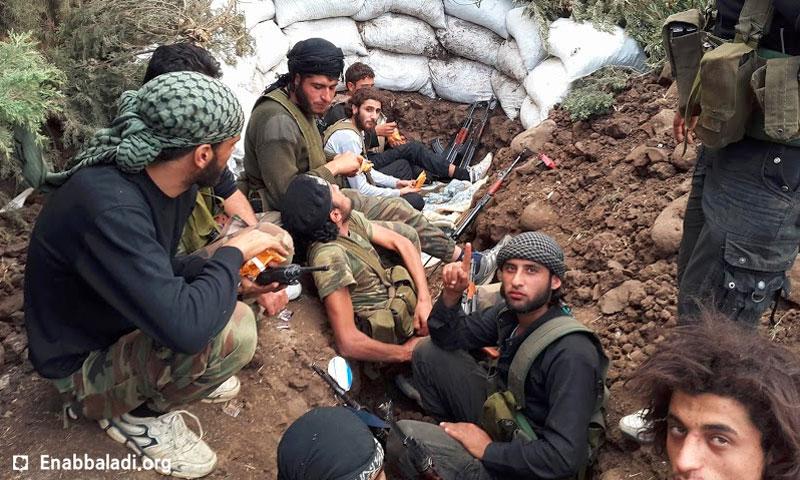 مقاتلون في الجيش الحر على أبواب قرية الزارة بريف حماة الشمالي- 12 أيار 2016 (أرشيف عنب بلدي)