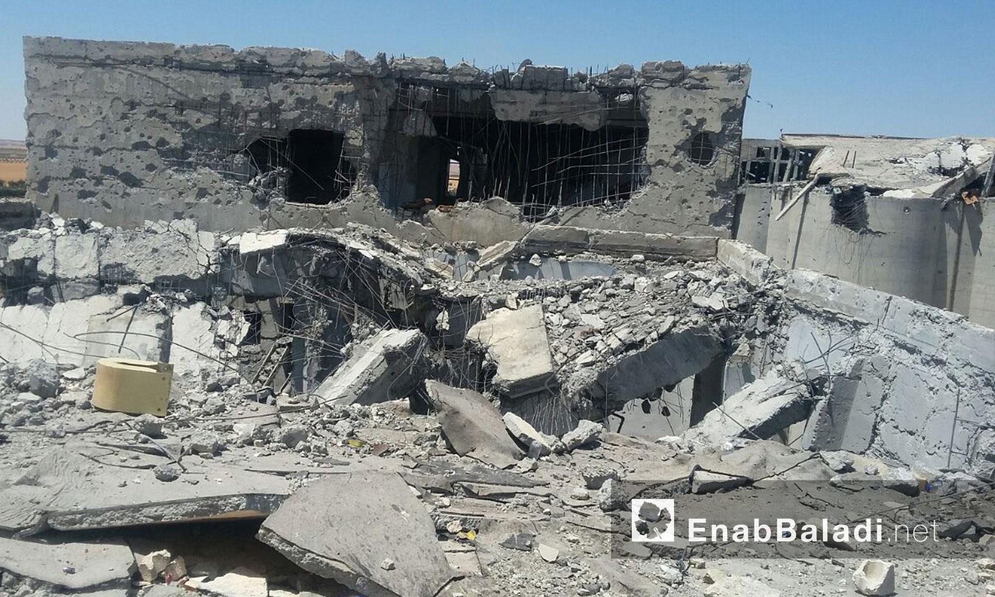 """وتقع الصوامع في الجهة الجنوبية من منبج، وتلقّت عشرات الغارات الجوية من طيران التحالف الدولي بقيادة الولايات المتحدة الأمريكية، قبل أن تحكم """"سوريا الديمقراطية"""" السيطرة عليها مطلع تموز الجاري."""