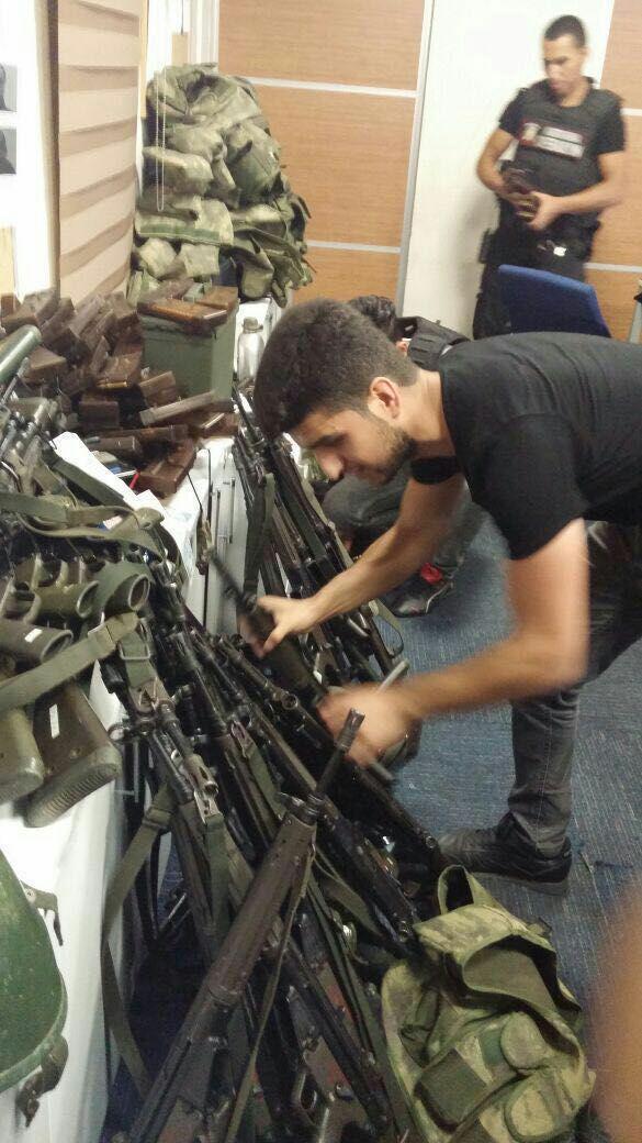 صورة للأسلحة التي سيطرت عليها الشرطة التركية من الانقلابيين (وسائل إعلان تركية)