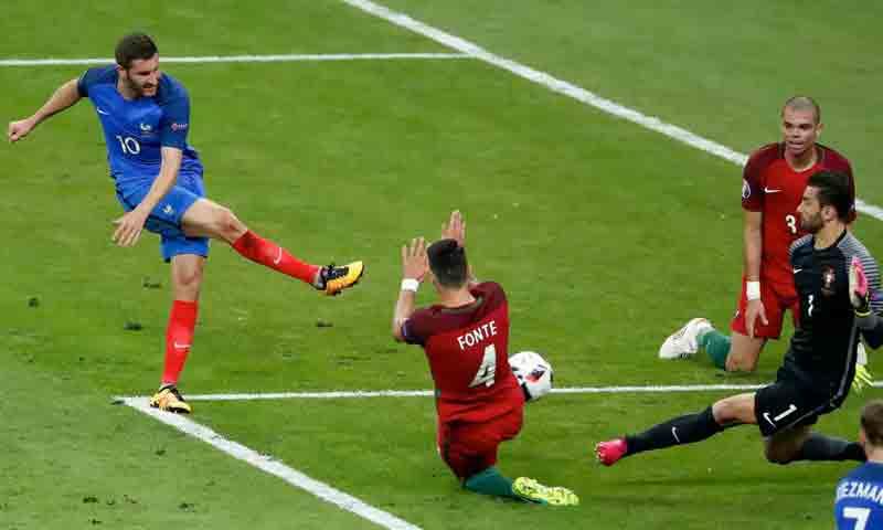 فرصة اللاعب الفرنسي جيانك حين ارتطمت كرته بالقائم الأيمن لمرمى البرتغال (رويترز)