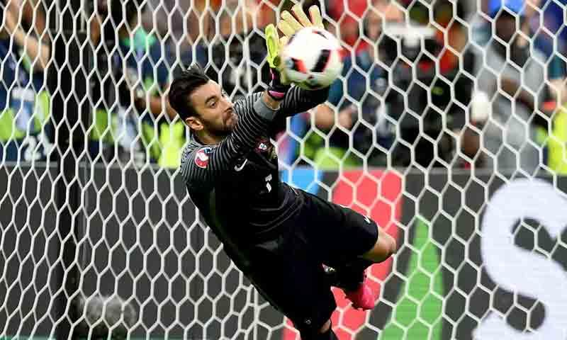 حارس المنتخب البرتغالي بارتسيو أثناء تصديه لإحدى هجمات المباراة (EPA)