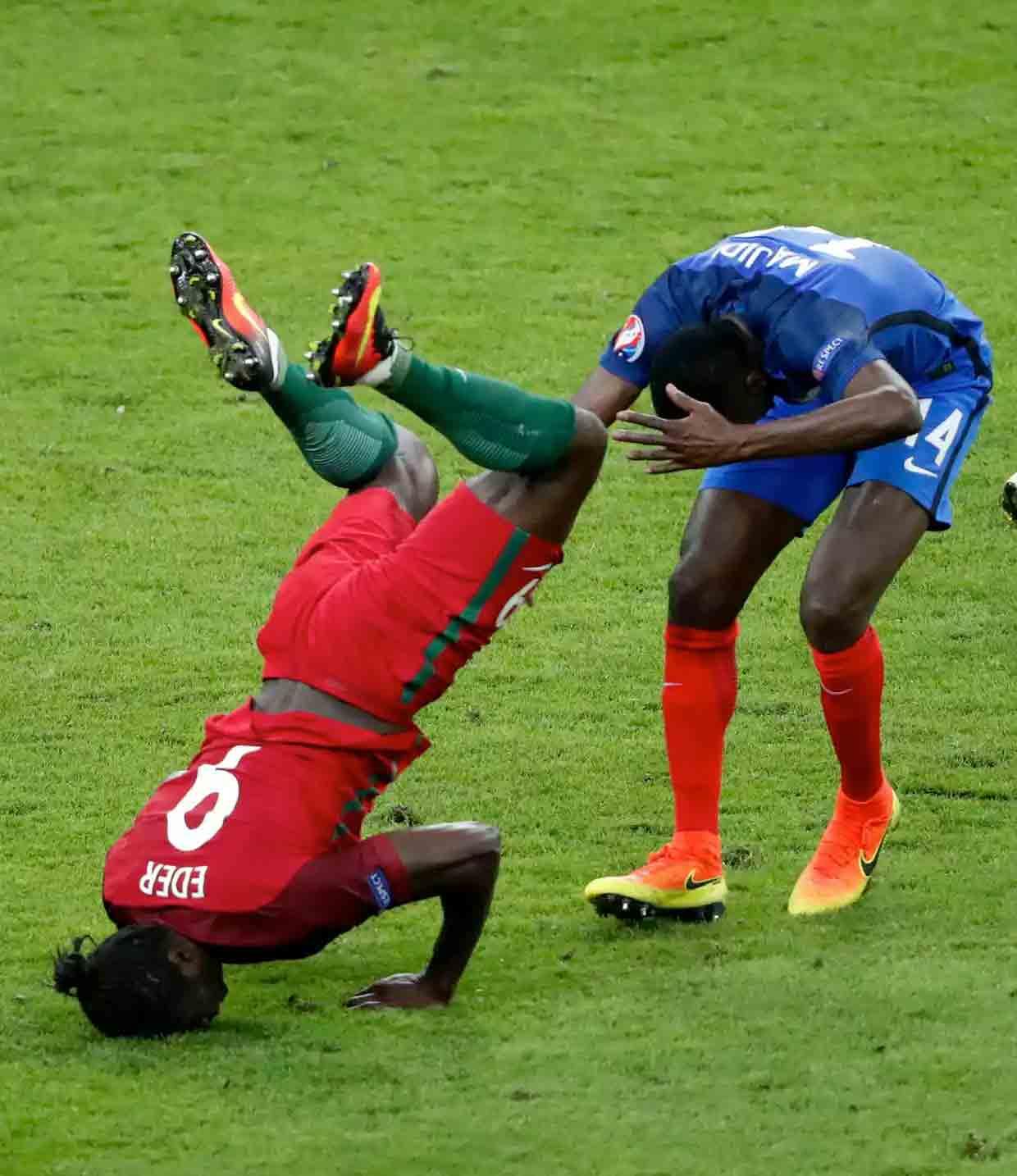 اللاعب البرتغالي ايدير في التحام مع الفرنسي ماتويدي (رويترز)