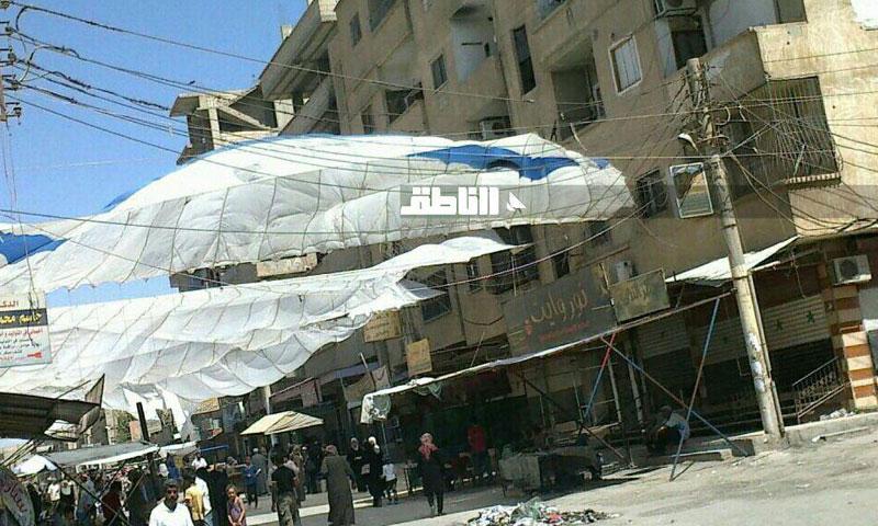 أهالي حي الجورة في دير الزور يحولون مظلات المساعدات إلى سواتر واقية من الشمس (الناظق)