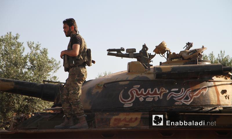 مقاتل يعتلي دبابة لفصائل المعارضة جنوب حلب - 3 حزيران 2016 (عنب بلدي)