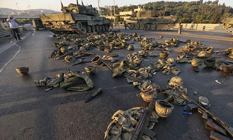 عتاد جنود أتراك كانوا يساعدون في الإنقلاب في أحد شوارع اسطنبول (الجزيرة)