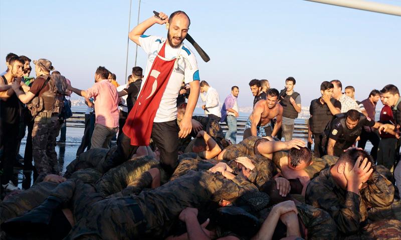 مواطن يضرب جنودًا أتراك شاركوا في محاولة الانقلاب في اسطنبول - 16 تموز 2016 (رويترز)