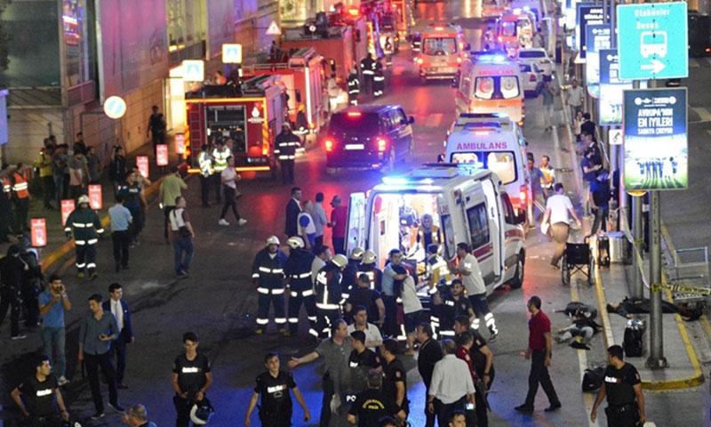 سيارات إسعاف تجلي مصابين إثر الهجوم على مطار أتاتورك (إنترنت)