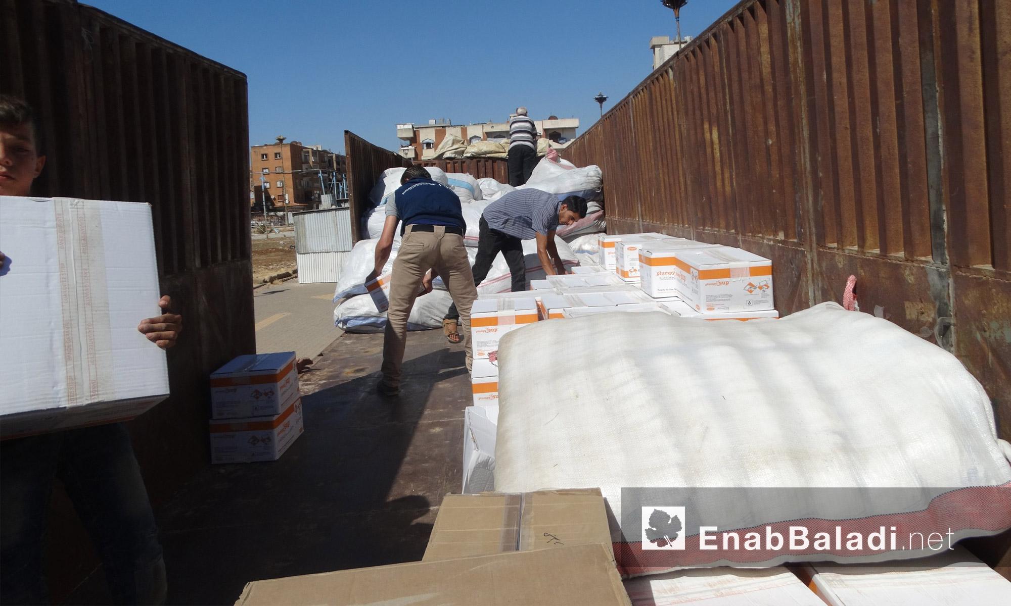 أكياس الطحين داخل قافلة مساعدات حي الوعر المحاصر - الخميس 14 تموز (عنب بلدي)