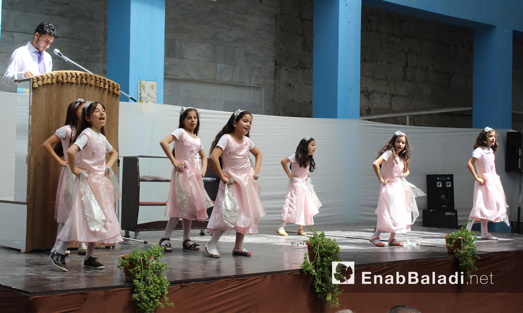 """مشهد راقص لطلاب مجموعة """"علمني"""" التعليمية في حي الوعر المحاصر بحمص - الاثنين 25 تموز (عنب بلدي)"""