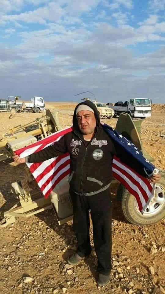 """قائد """"جيش سوريا الجديد"""" خزعل السرحان حاملًا العلم الأمريكي على كتفه (ناشطون)"""