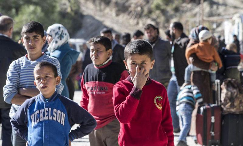 """عائلات التركمانية فروا من الهجمات الجوية التي شنتها القوات الروسية ويصلون إلى مخيم """"يامادي"""" بالقرب من الحدود بين سوريا وتركيا - (AFP)"""