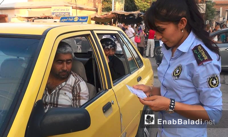 شرطية مرور في مدينة القاشلي، بريف الحسكة (عنب بلدي)