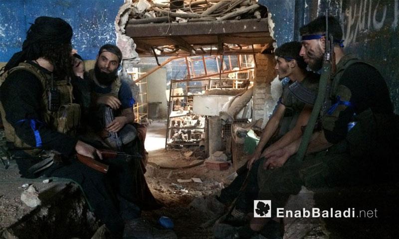 مقاتلون من المعارضة على جبهة الراموسة في حلب - الجمعة 6 آب (أرشيف عنب بلدي)