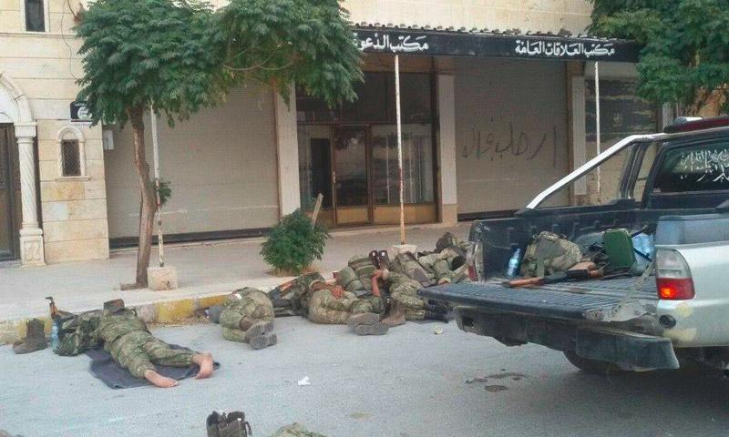 """مقاتلو """"الجيش الحر"""" ينامون في شوارع مدينة جرابلس - الخميس 25 آب (فيس بوك)"""