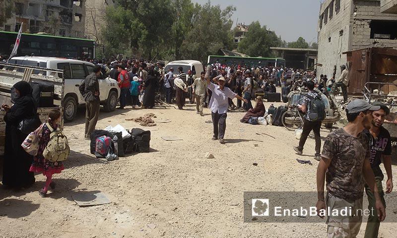 أهالي داريا قبل خروجهم من المدينة - الجمعة 26 آب (أرشيف عنب بلدي)