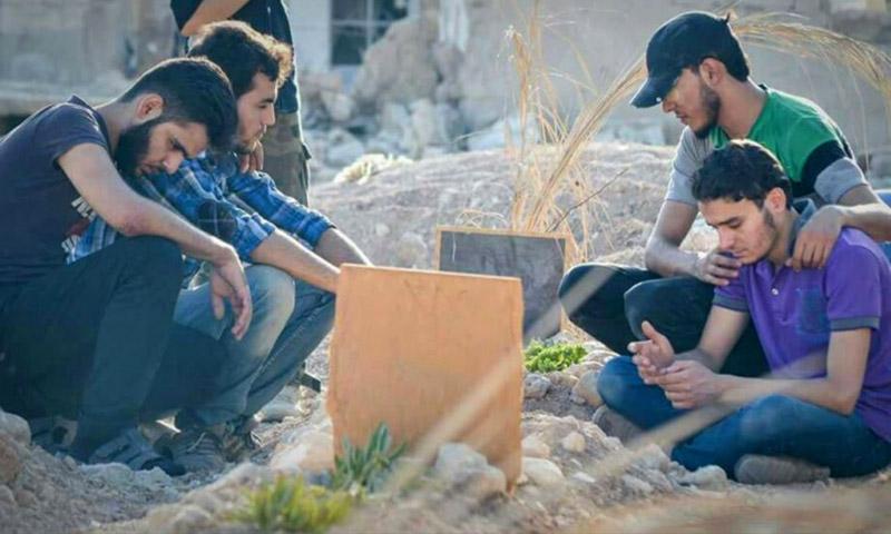"""أهالي داريا يودعون قبور """"الشهداء"""" - الخميس 25 آب (فيس بوك)"""