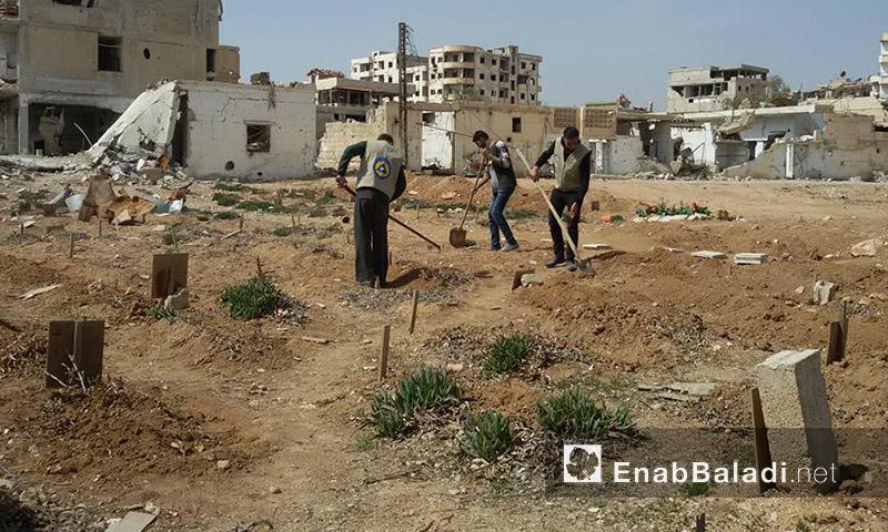 عناصر الدفاع المدني يعيدون ترميم قبور داريا - آذار 2016 (عنب بلدي)