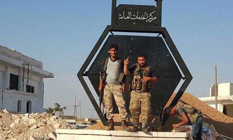 """مقاتلان من """"ألجيش الحر"""" وسط بلدة الراعي في ريف حلب الشمالي- الأربعاء 17 آب (تجمع فاستقم)"""