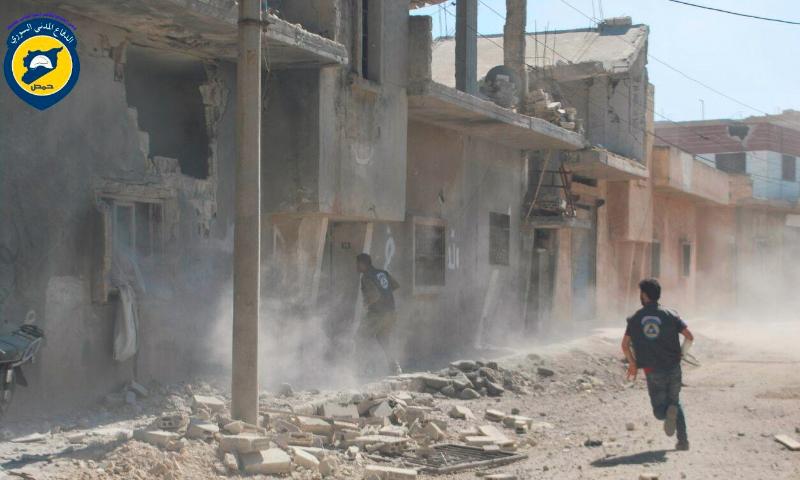 عناصر من الدفاع المدني في منطقة الحولة بعد قصفها نيسان 2016 (الدفاع المدني في حمص)