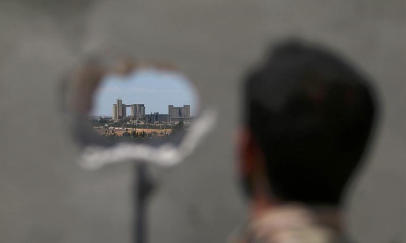 """مقاتل من """"سوريا الديمقراطية"""" قرب منبج - 16 حزيران 2016 (REUTERS)"""