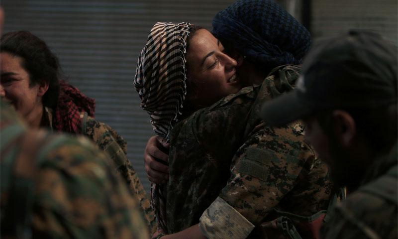 """مقاتلتان من قوات """"سوريا الديمقراطية"""" داخل مدينة منبج- الأربعاء 10 آب (رويترز)"""