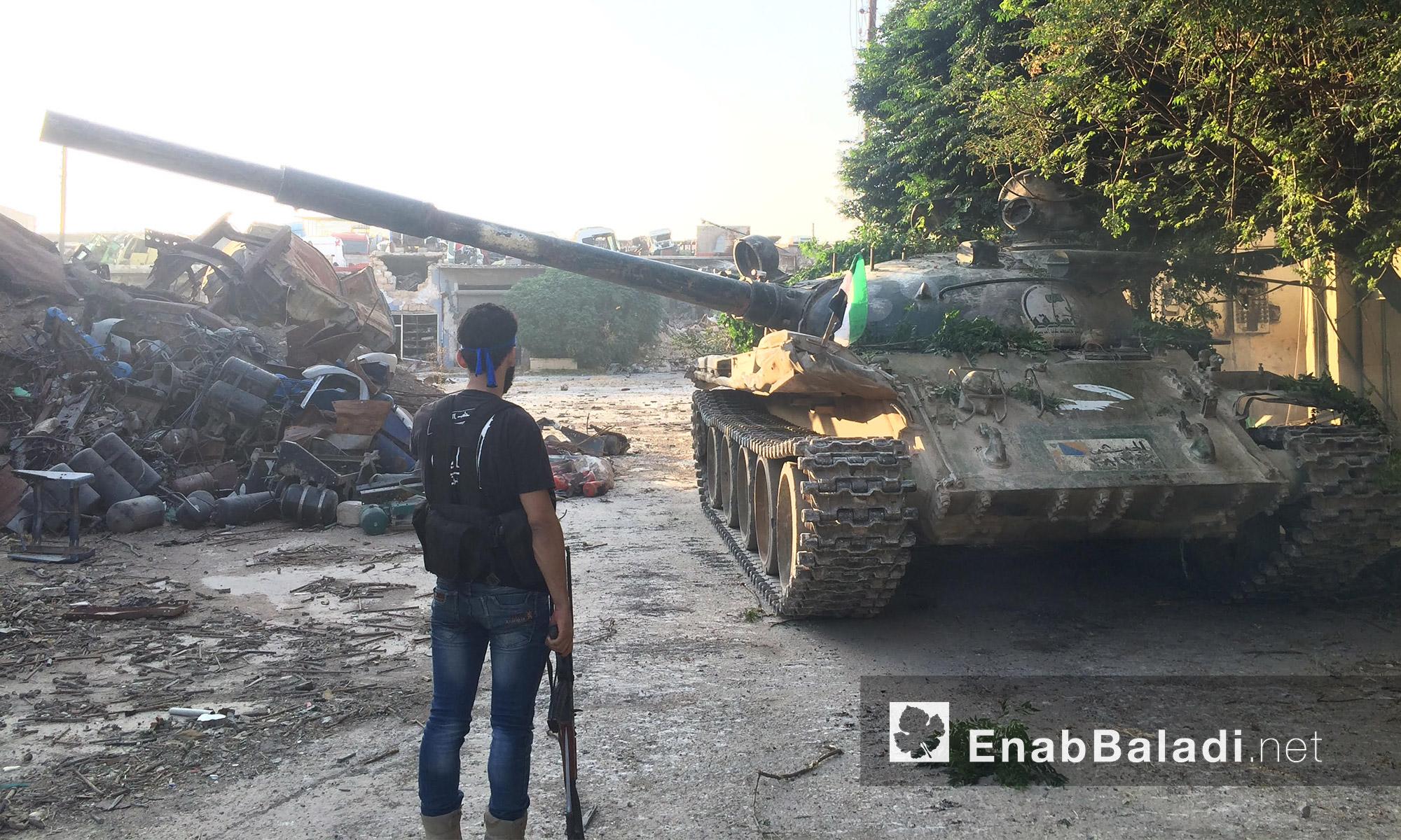 مقاتل من المعارضة أمام دبابة على جبهة الراموسة في حلب - الجمعة 6 آب (عنب بلدي)