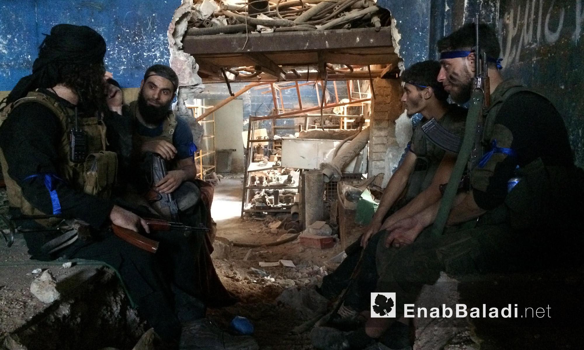 مقاتلون من المعارضة على جبهة الراموسة في حلب - الجمعة 6 آب (عنب بلدي)