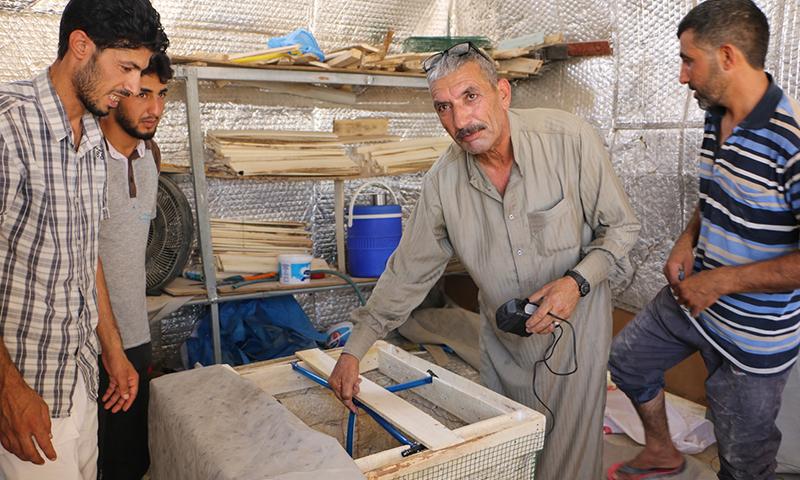 """لاجئون سوريون داخل مخيم """"سليمان شاه"""" قرب شانلي أورفة التركية (وكالة الأناضول)"""