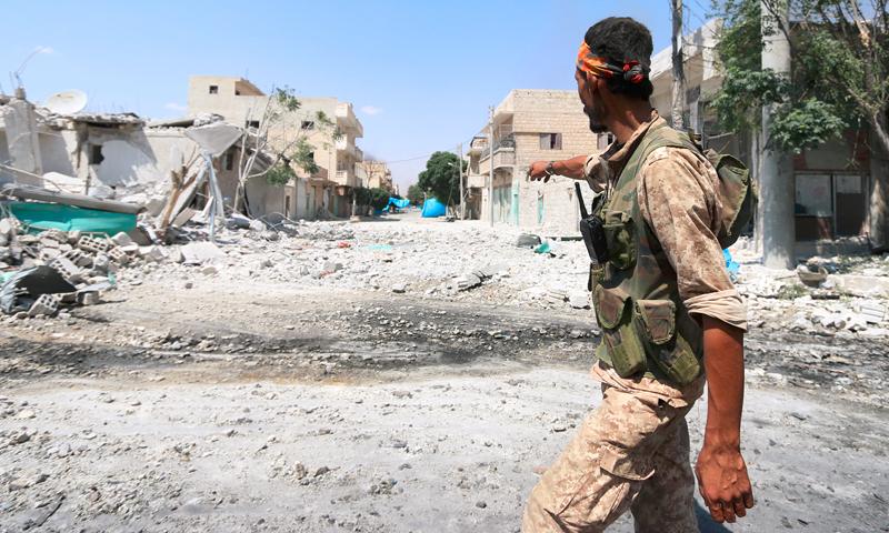 """مقاتل من """"سوريا الديمقراطية"""" في منبج - 7 آب 2016 (Reuters)"""