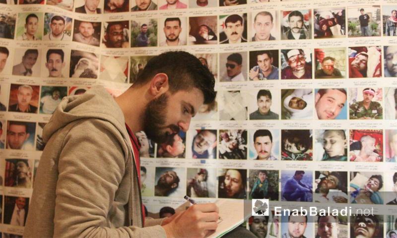 من مشروع لوحة 150 ألف شهيد الذي يعمل عليه السوري تامر التركماني (عنب بلدي)