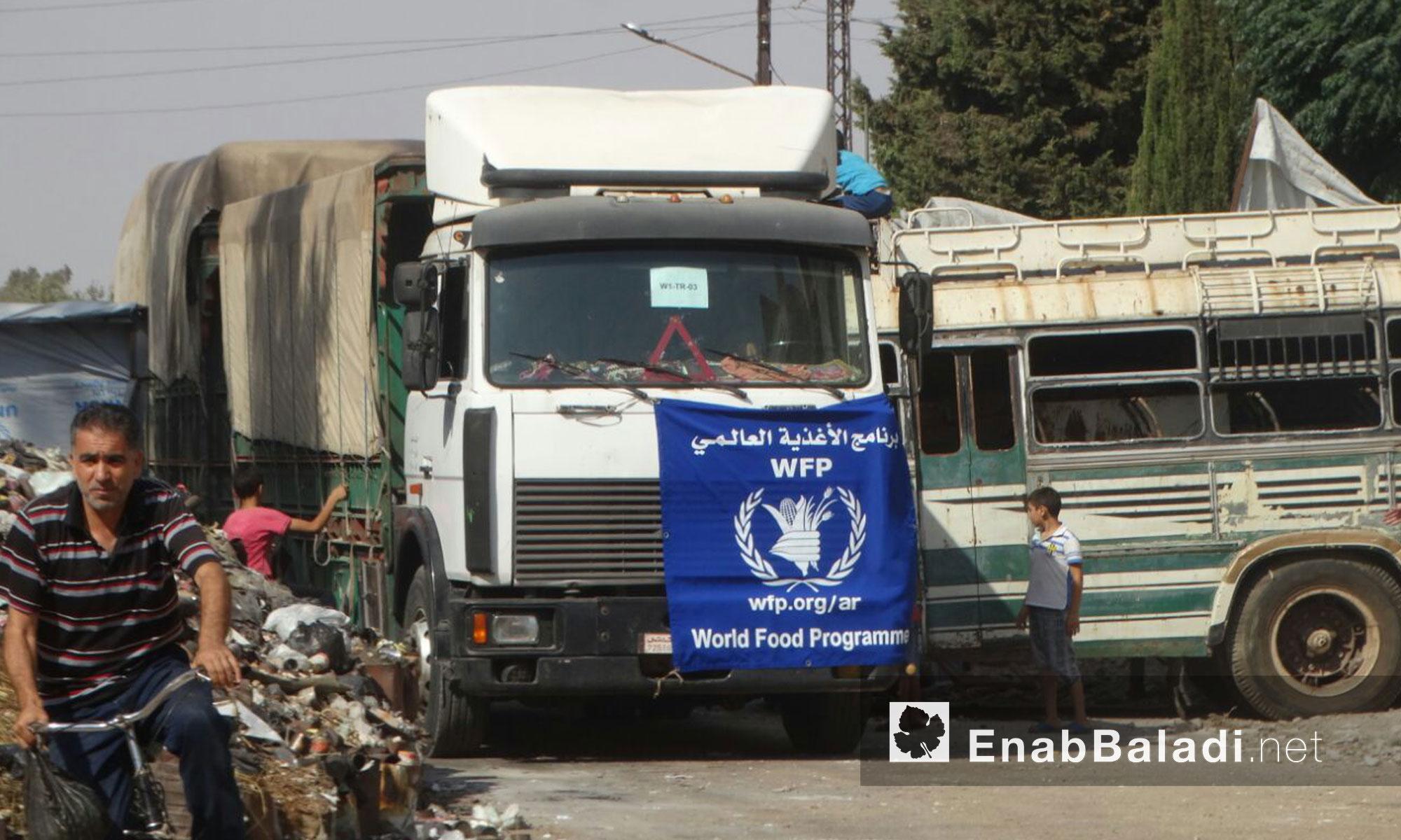 شاحنات قافلة المساعدات الإنسانية داخل حي الوعر المحاصر - الخميس 25 آب (عنب بلدي)