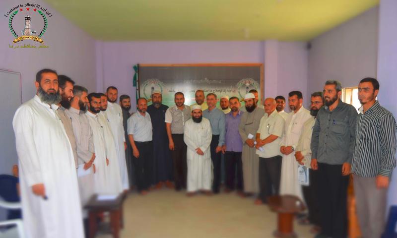 الخطيب (منتصف الصورة) يتوسط أعضاء مديرية الأوقاف عقب تشكيل المديرية في درعا - آب 2016 (مجلس محافظة درعا)