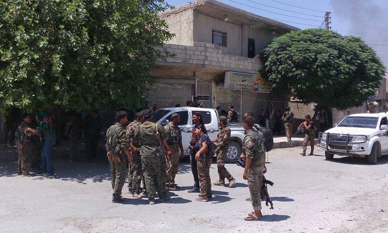 """عناصر من """"سوريا الديمقراطية"""" في مدينة منبج- الأربعاء 10 آب (فيس بوك)"""