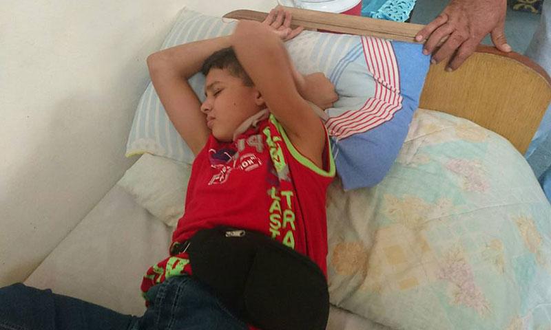 الطفل يامن عز الدين المصاب بالتهاب السحايا في بلدة مضايا (فيس بوك)