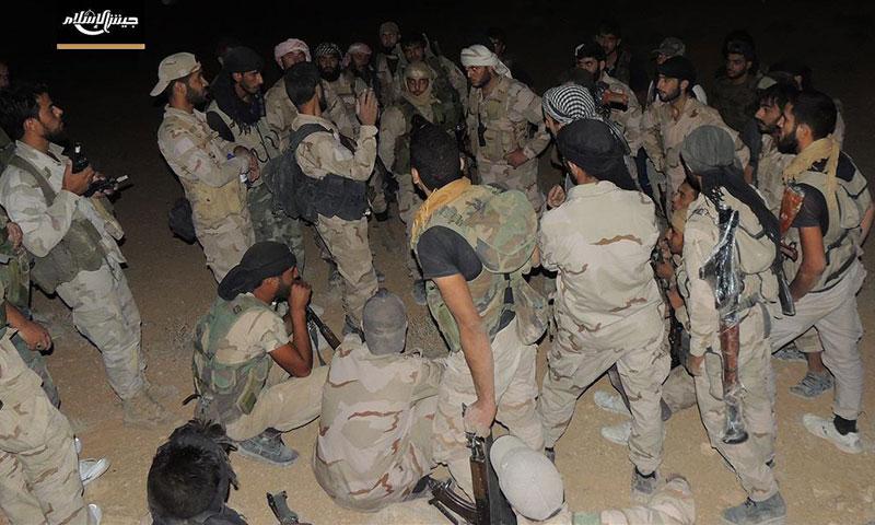 """مقاتلون من """"جيش الإسلام"""" قبل التوجه إلى معركة القلمون- الأحد 14 آب (تويتر)"""